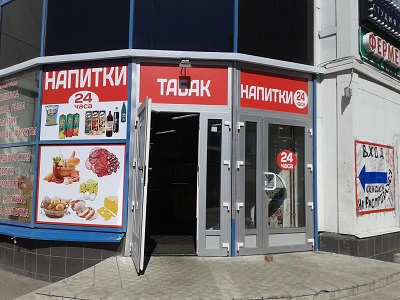 печать и монтаж наклеек на окна магазинов